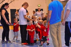 Piłkarski Żłobek - czyli dzieci ćwiczą razem z rodzicami :)